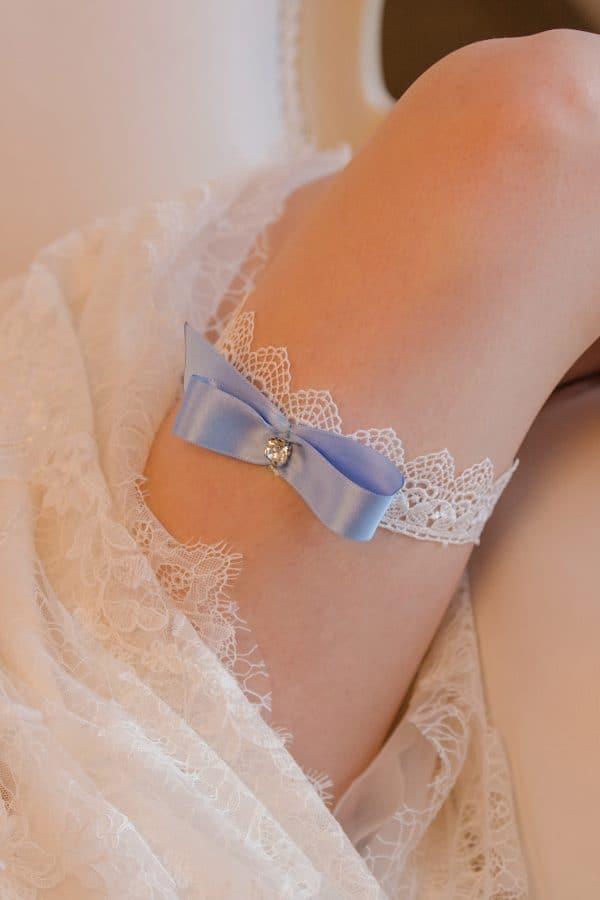 cadou pentru viitoare mirese, jartiera dantela alba, jartiera albastra mireasa, accesorii mireasa, jartiera something blue